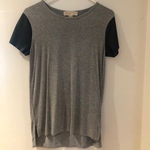 Gray T-shirt with leather sleeves